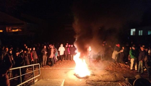 В Прилуках жгут шины возле полиции — требуют расследовать смерть подростка