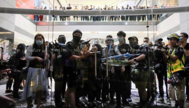 У Гонконзі протестувальники поранили стрілою копа