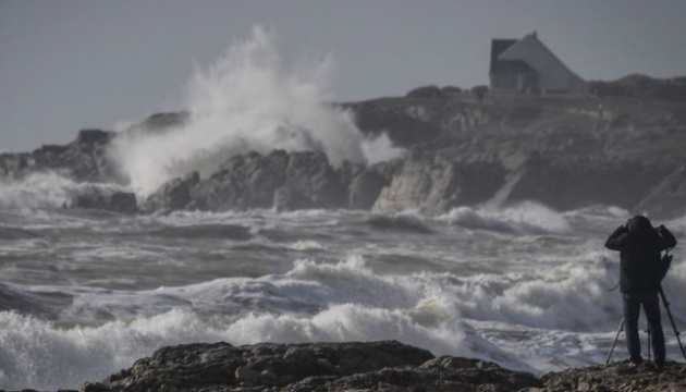 Блекаут у Франції: буревій залишив без електрики 100 тисяч будинків