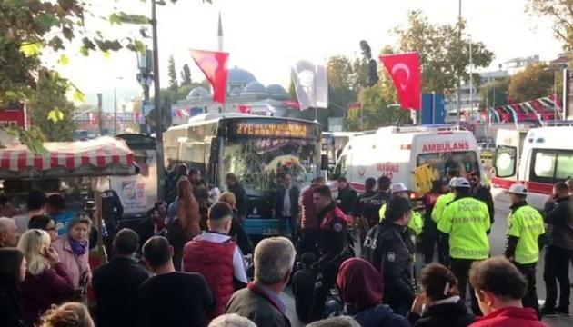 В Стамбуле водитель автобуса въехал в остановку и напал на людей с ножом