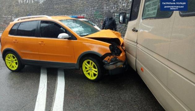 У Дніпрі зіткнулись маршрутка й позашляховик: семеро травмованих
