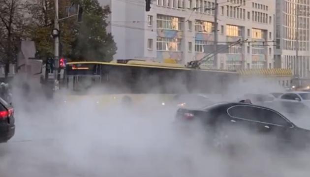 У центрі Києва прорвало трубу з кип'ятком — під асфальт провалилося авто