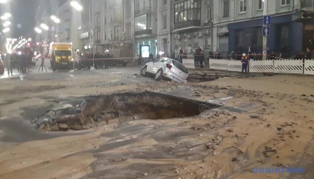 На Саксаганского залатали трубу, которая залила улицу кипятком