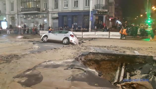 Прорив труби в центрі Києва: шість тролейбусів й автобус змінили маршрути