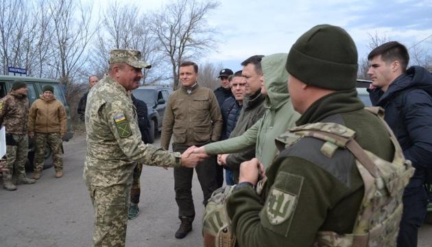 Народні депутати у Золотому обговорили з командуванням ООС розведення сил