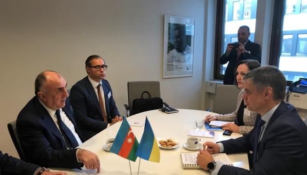 Titulares de Exteriores de Ucrania y Azerbaiyán examinan la cooperación bilateral