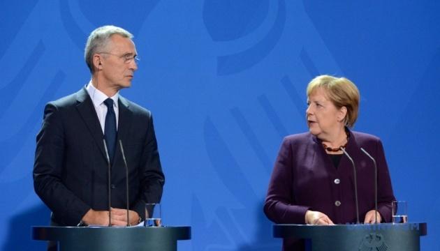 Меркель і Столтенберг не згодні з Макроном, що НАТО перебуває у