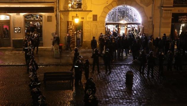 У центрі Львова знову побилися футбольні фанати
