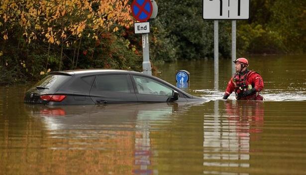 В Англии из-за наводнения посетителей ТЦ спасали на лодках