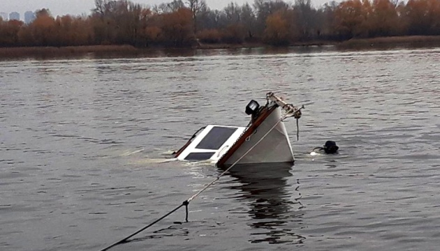 Біля Оболонської набережної затонула яхта