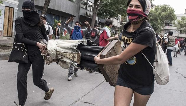 У Чилі демонстранти підпалили університет і пограбували церкву