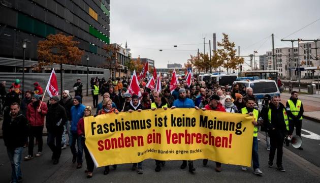 У німецькому Білефельді тисячі людей вийшли на антидемонстрації проти неонацистів
