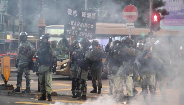 В Гонконге новые протесты: поврежден вокзал, разбиты рестораны, всюду граффити