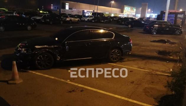 У Києві Lexus збив двох людей на тротуарі, загинула жінка