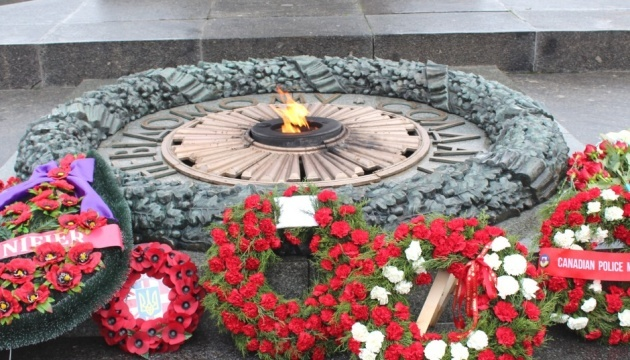 Foreign diplomats, Ukrainian military lay flowers to Tomb of the Unknown Solider in Kyiv