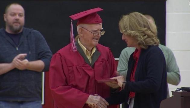 В Штатах ветеран Второй мировой получил школьный аттестат в 95 лет