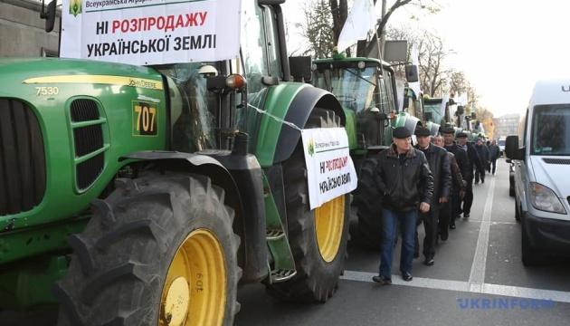 """Під Радою - два """"земельні"""" мітинги, фермери пригнали трактори"""