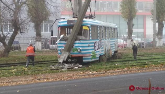 В Одесі трамвай зійшов з рейок і врізався у стовб