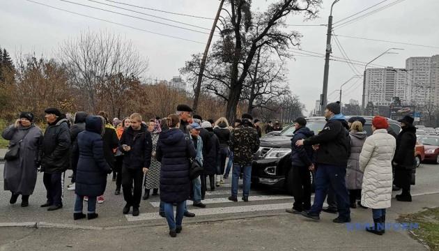 Мешканці одного зі столичних будинків перекрили рух на проспекті Перемоги, утворились затори