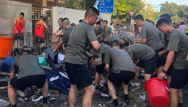 На вулиці Гонконгу вийшли військові, аби провести прибирання