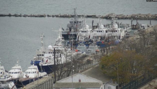 Захоплені РФ українські кораблі виводять із Керчі