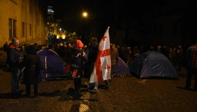У Тбілісі протестувальники заблокували всі входи до парламенту