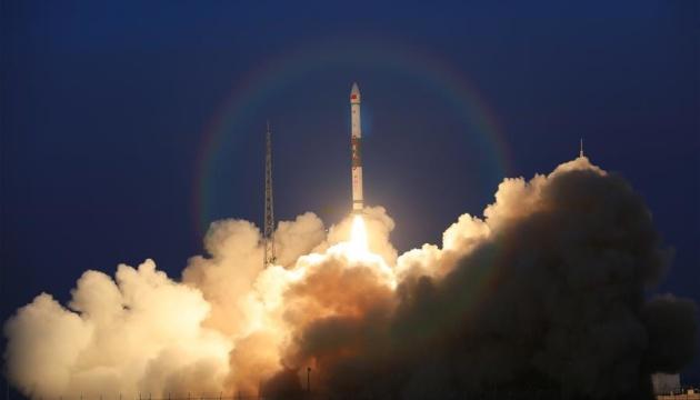 Китай запустил два спутника для тестирования связи