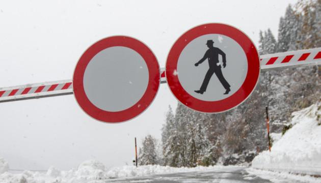 На юге Австрии - снегопады и ливни: перекрыты дороги,