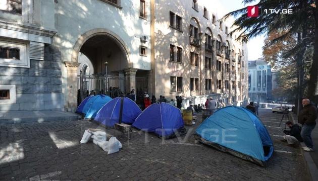 У Тбілісі перед парламентом знову встановлюють намети