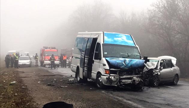 Смертельна ДТП на Хмельниччині — зіткнулися маршрутка та легковик