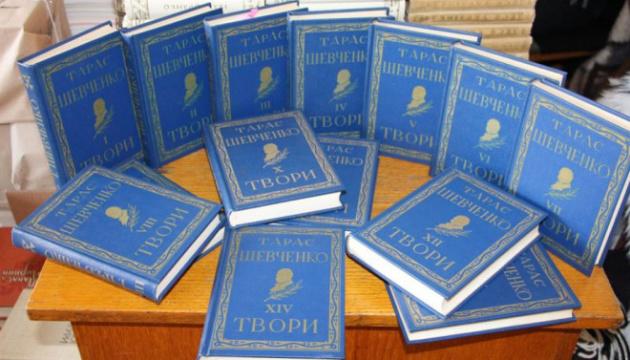 Подружжя українців зі США подарувало Волинській бібліотеці понад 100 цінних видань
