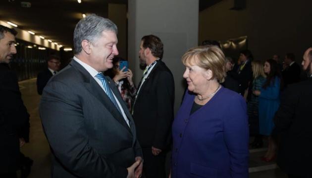 Порошенко зустрівся з Меркель у Парижі