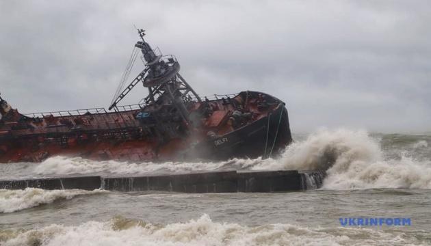 У морі біля Одеси рятують танкер, який зірвало з якоря