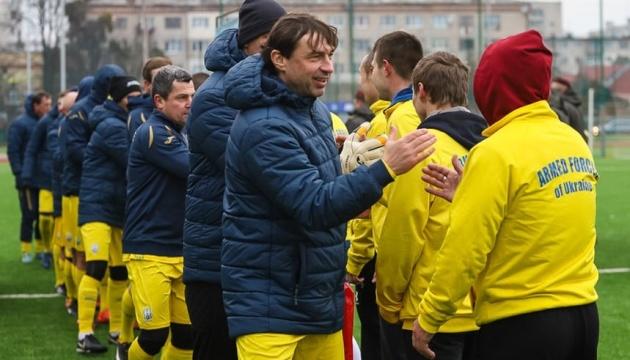 В Житомире сборная Украины среди ветеранов сыграла в футбол с командой десантников