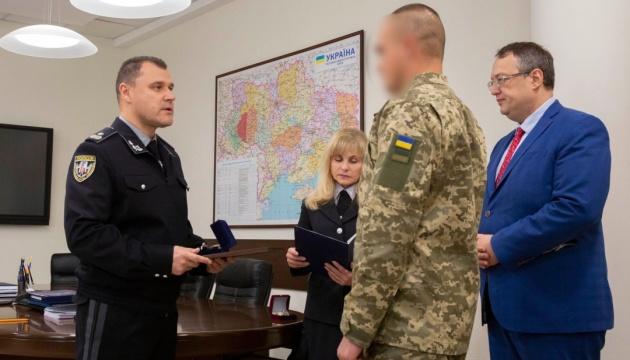 На Хмельниччині нагородили військового, який врятував від знущань собаку