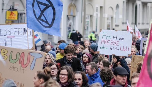 Тысячи немцев вышли на улицы против антижурналистской акции правых радикалов