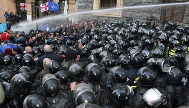 Глава МВС Грузії пообіцяв обливати демонстрантів теплою водою