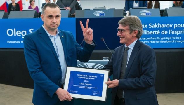 欧州議会、解放されたセンツォフ映画監督にサハロフ賞賞状手交