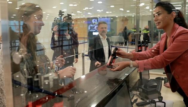 В аеропортах Грузії туристам знову почали дарувати вино