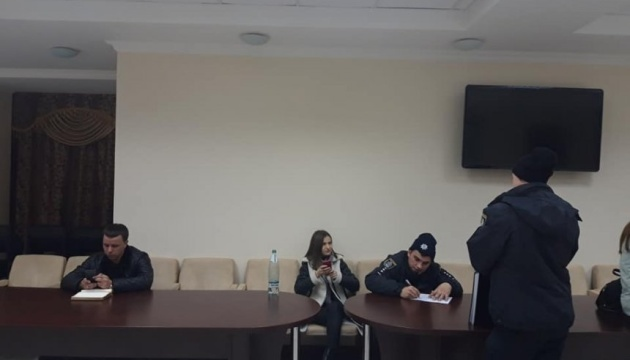 Бунт у Миколаївській облраді: голова каже, що депутати винесли кабінку для голосування