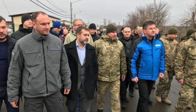 Le président de l'OSCE visite le pont rouvert à Stanytsia Louhanska