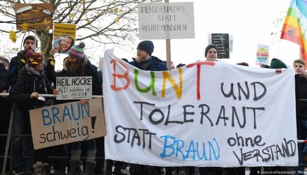 В Германии больше 10 тысяч человек блокируют подъезд к форуму правопопулистив