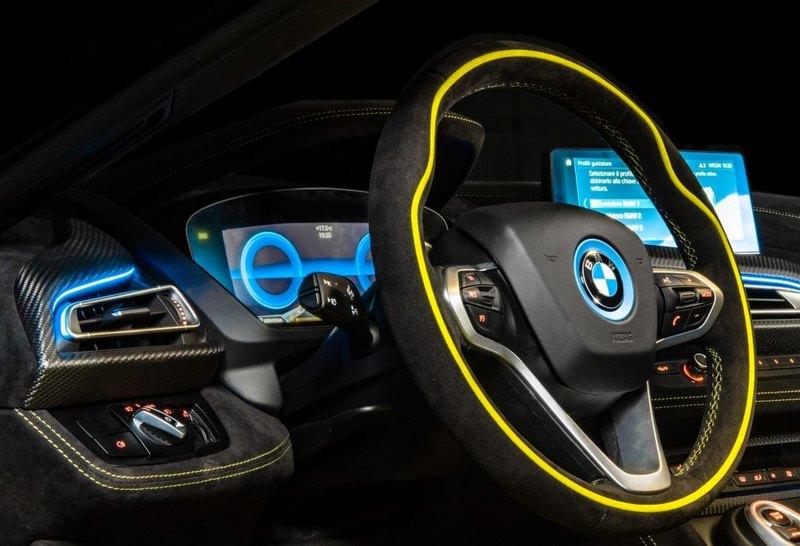 Лаймовий колір і синє підсвічування: BMW показав гібридний спорткар
