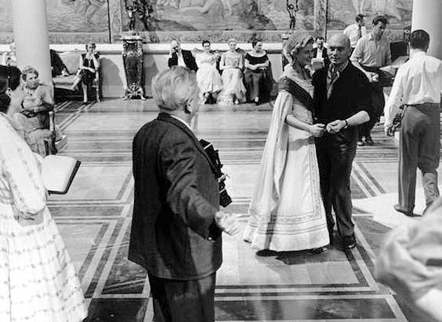 На знімальному майданчику Анастасії; режисер розставляє Інгрід Берграм та Юла Бреннана, 1956 р
