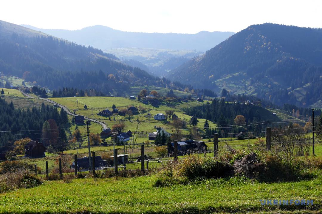 Панорама селища Верховина з гори Пушкар, Івано-Франківська область