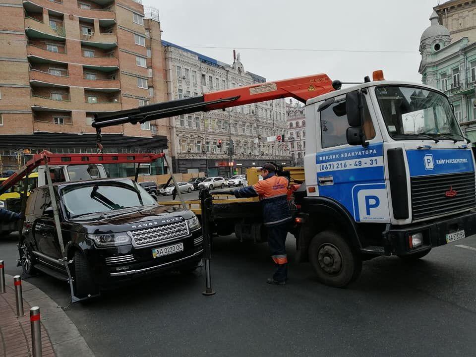 Автомобіль вантажать на евакуатор після фото/відеофіксації та складання документів