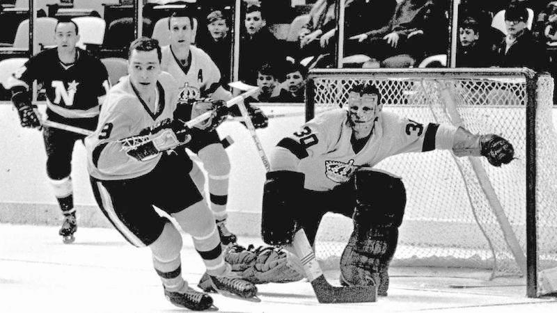 король воротарів Террі Савчук рятує ворота під час гри 1967 проти команди Північні Зірки Мінесоти