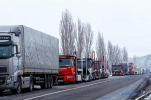 На кордоні з Польщею та Угорщиною «застрягли» у чергах понад 300 авто