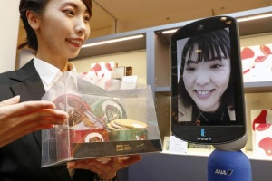 """В Японии открыли первый в мире магазин с роботом-""""аватарами"""""""