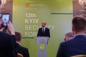 """Яценюк просить Зеленського не привезти з Нормандії новий """"Будапешт"""""""